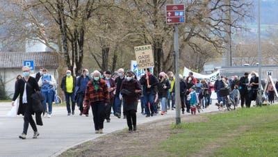 Rund 300 Personen nahmen im April an einem Protestspaziergang teil. (Ina Wiedenmann)