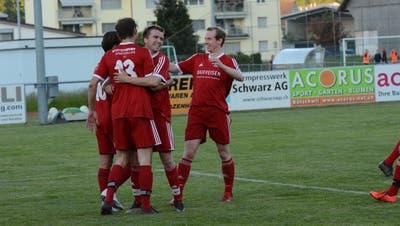 In Bütschwil wird bereits wieder gejubelt. Zum einen wegen des Aufstiegs in die 3. Liga, zum anderen wegen der guten Vorstellung am Dienstagabend gegen Besa. (Bild: Beat Lanzendorfer)