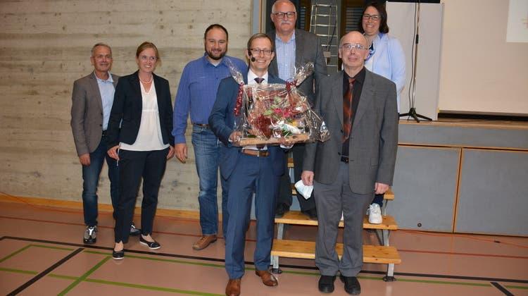 Die Mitglieder des Gemeinderates beglückwünschen Andreas Opprecht, den Gemeindepräsidenten von Sulgen, zum Amtsjubiläum. (Bild: Monika Wick (Sulgen, 1. Juni 2021))