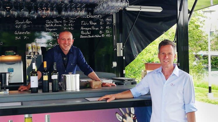 Luigi Tricario (l.) und Alexis Born freuen sich, ihren Gäste an der «Leporello Bar» ihre Weine verkaufen zu können. (ckr)
