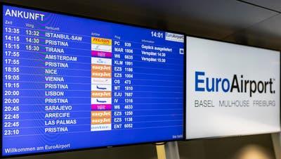 Die Ankunftstafel des Euro-Airports gestern Dienstag zwischen 13.35 und 23.10 Uhr. Alleine in dieser Zeitspanne landeten fünf Flieger aus Pristina. (Kenneth Nars)