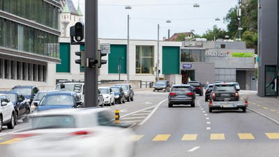 Der Blechpolizisterkennt sowohl Geschwindigkeitsübertretungen als auch das Missachten der Lichtsignalanlage auf der Gstühl-Kreuzung. (Bild: Severin Bigler)