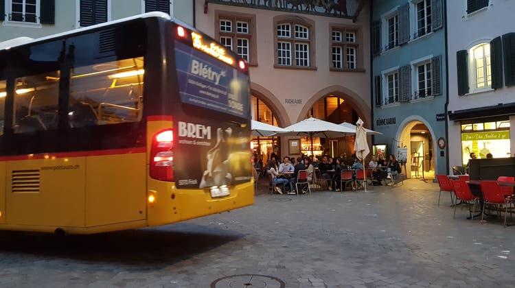 Bus in der Altstadt Aarau (hier am Maienzug-Vorabend 2020). (Nadja Rohner)