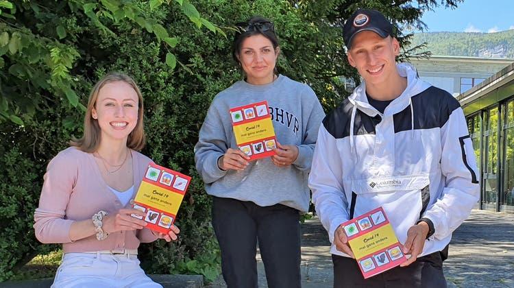 Chiara Caruso, Alessandra Romano und Sven Röthlisberger präsentieren das Corona-Satirebuch der Maturaklasse W17L. (Ann-Kathrin Amstutz)