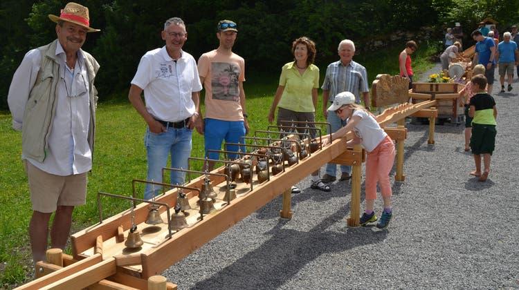 Mitglieder der Arbeitsgruppe, Rico Rutishauser, Richard Brander, Thomas Dietsche, Susanne Roth und Ehemann Ueli Roth (von links), bei der neuen «Chügelibahn». (Bild: Adi Lippuner)
