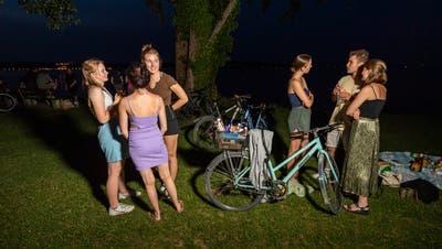 Junge Menschen treffen sich im Kreuzlinger Seeburgpark. (Bild: Reto Martin)