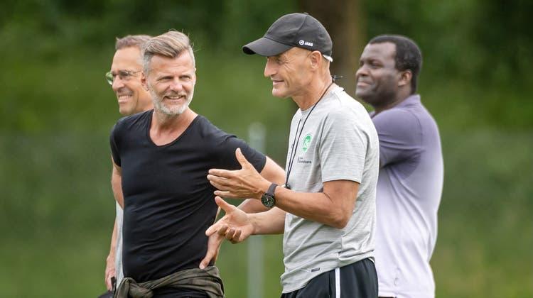 Entspannte Gesichter zum Trainingsstart:PräsidentMatthias Hüppi, Sportchef Alain Sutter, Trainer Peter Zeidler und Chefscout Nnamdi Aghanya(von links). (Bild: Michel Canonica)