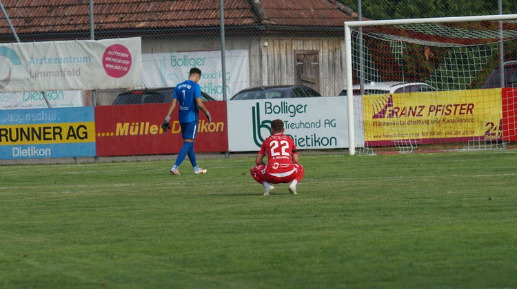 Bonjour Tristesse! Milan Marjanovic (Nummer 22) kniet auf dem Dornau-Rasen, Höngg-Goalie Lukas Winzap würdigt den Dietiker keines Blickes. (Ruedi Burkart)
