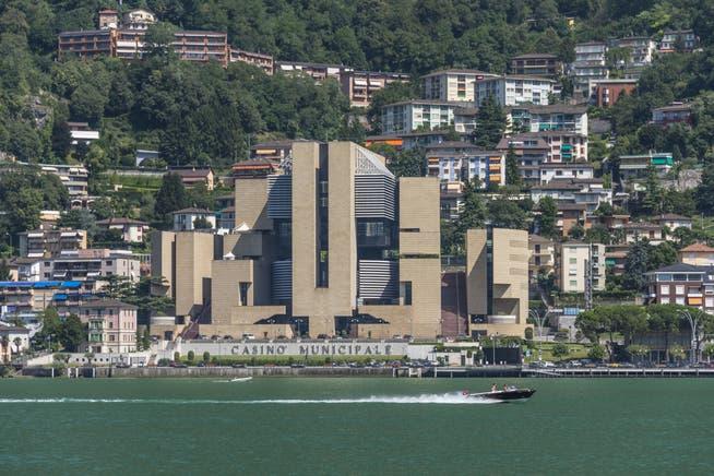 Kasino di Campione dibangun oleh arsitek Swiss Mario Botta.