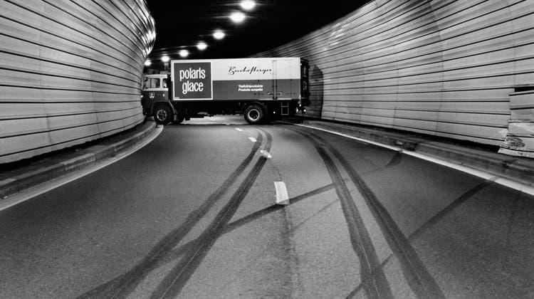 Kunst mitsamt Bremsspuren: Ein Lastwagen füllt die Fahrbahnen in einem Tunnel bei Hergiswil 1975. (Bilder: Arnold Odermatt/Archiv Urs Odermatt)