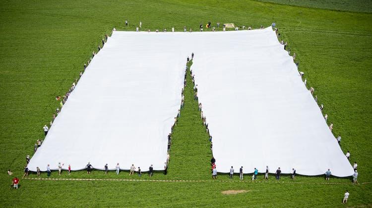 Rund zwei Millionen Nadelstiche waren nötig bei der Herstellung der grössten Hose der Welt. (Bild: Urs Flüeler / Keystone (20. Juni 2021))