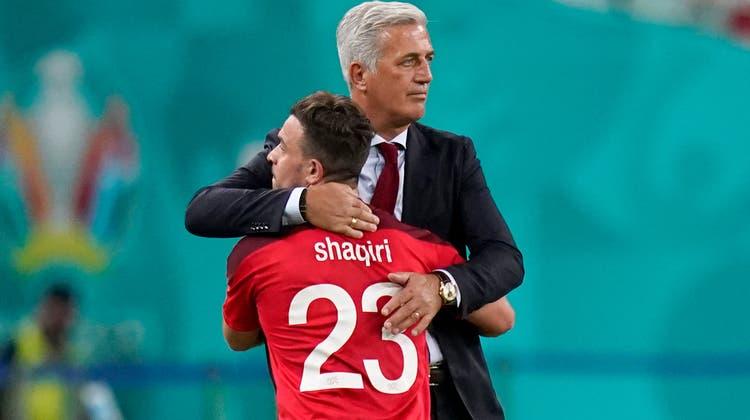 Erstmals jubeln die Schweizer (v.l.Remo Freuler, Yann Sommer und Admir Mehmedi) an dieser EM nach einer Partie - 3:1 im Spiel der letzten Chance gegen die Türkei. (Bild: Jean-Christophe Bott / EPA)