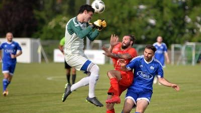 Bellachs Goalie Luca Palermo rettet ausserhalb des Sechzehners vor Ilirias Angreifer Samoell Prenaj. (Hans Peter Schläfli)