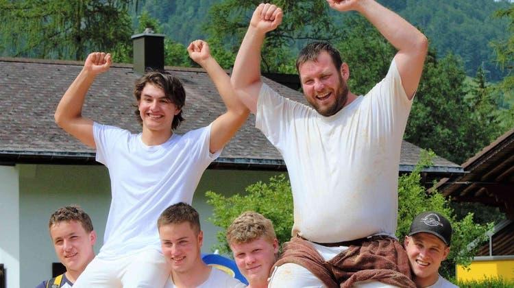 Elias Epp (links) und Andi Imhof lassen sich auf den Schultern ihrer Vereinskollegen feiern. (Bild: PD)