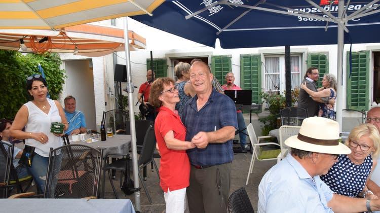 Zur offiziellen Antrinkete im «Pöstli» gab es auch ein Tänzchen für das neue Wirtepaar Hanny und Leo Villiger. (Toni Widmer)