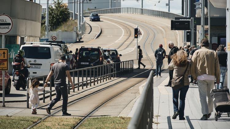 Seit die Grenzen offen sind, herrscht wieder Betrieb am Zoll in Weil am Rhein. (Bild: Roland Schmid (Mai 2021))