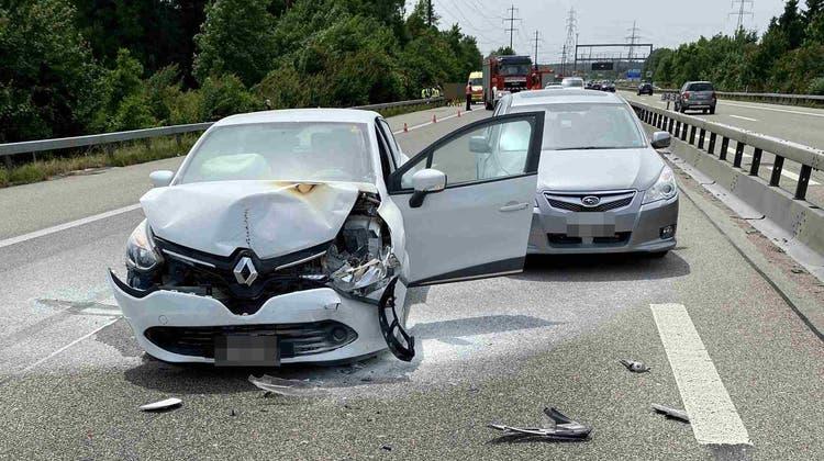 Beim Auffahrunfall kam es zu drei leicht verletzten Personen. (Kapo So)