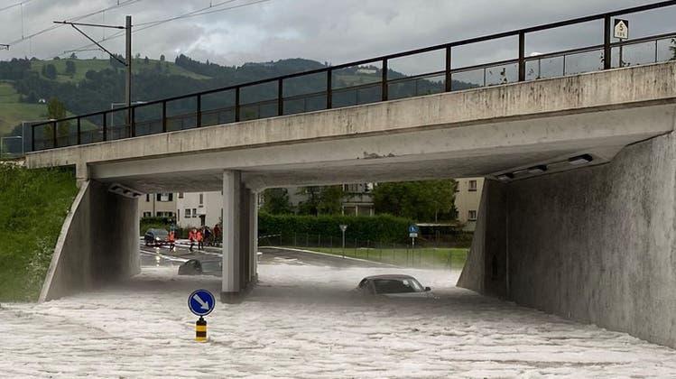 Eine Unterführung in Zug stand unter Wasser, Autos steckten in den Hagelmassen fest. (Bild: Zuger Polizei)