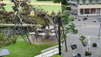 Im Garten des Restaurants richtete das Unwetter grosse Schäden an.