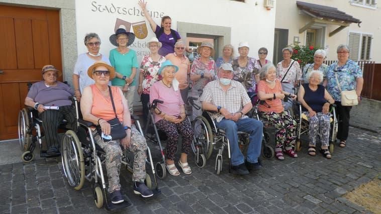 Bewohner vom Alterszentrum «Im Grüt» erleben in der Bibliothek eine Reise ins Glück