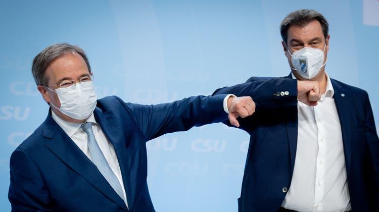 Versöhnlicher als noch vor wenigen Wochen: CDU-Chef Armin Laschet (l) und CSU-Chef Markus Söder bei der Präsentation des Wahlprogramms der Union. (Kay Nietfeld / dpa)
