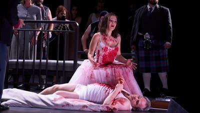 Blutbad in der Hochzeitsnacht: Irina Lungu buchstabiert die Primadonnen-Rolle. (Herwig Prammer / Opernhaus)