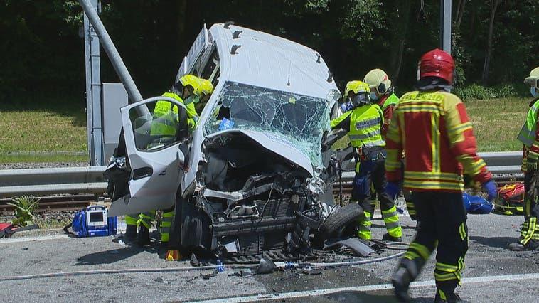 Beim Unfall wurde eine Person schwer verletzt. (Bild: BRK News)