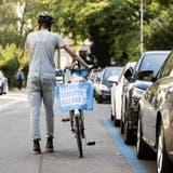 Ein Velofahrer macht Werbung für den Vaterschaftsurlaub: Am 27. September letzten Jahres hiess das Volk eine entsprechende Gesetzesänderung gut. (Bild: Alexandra Wey/ Keystone)