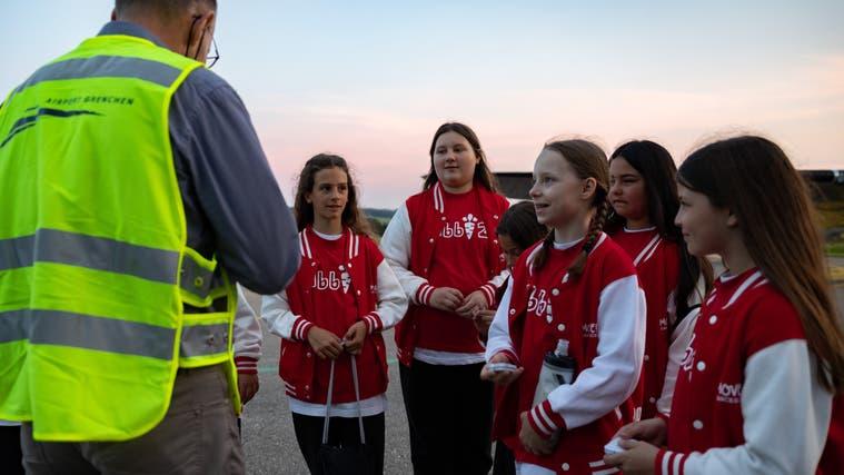 Flughafendirektor Ernest Oggier antwortet auf die Fragen der girls. (Tom Ulrich)