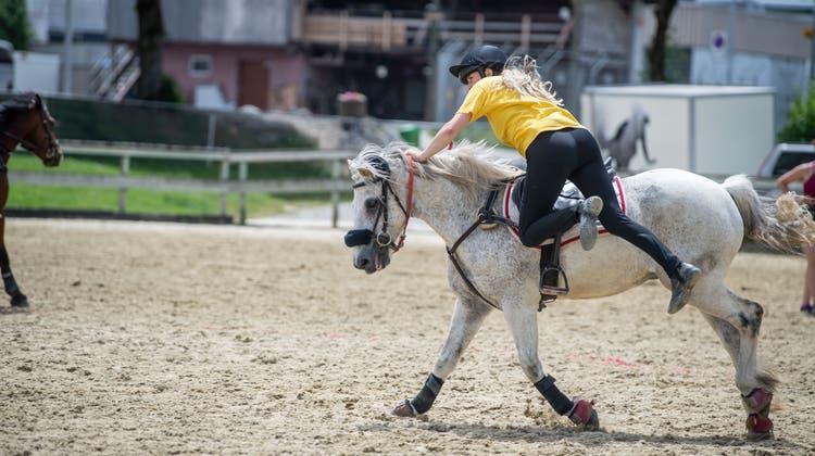 Im gestreckten Galopp springen die Reiterinnen und Reiter zurück in den Sattel... (Nadia Schaerli (20.06.2021))