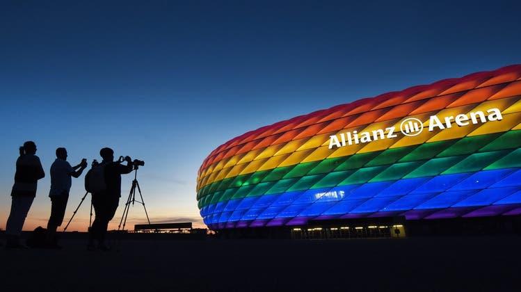 """In den Farben des Regenbogens: Das Münchner Fussballstadionam """"Christopher Street Day"""" im Juli 2016. (Keystone)"""