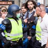 Immer wieder kam es an der unbewilligten Coronademo in Aarau zur Konfrontation zwischen Teilnehmern und der Polizei (Raphael Huenerfauth)
