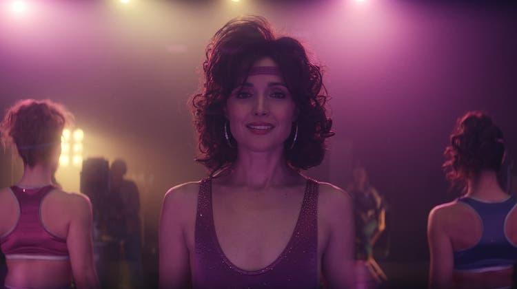 Wird zu einer Ikone der Aerobic-Szene: Sheila (gespielt von Rose Byrne). (Bild: Apple)