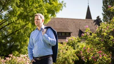 Roman Pulfersitzt auf einer Bank im Rosengarten des See- und Parkhotels Feldbach. (Bild: Kevin Roth)