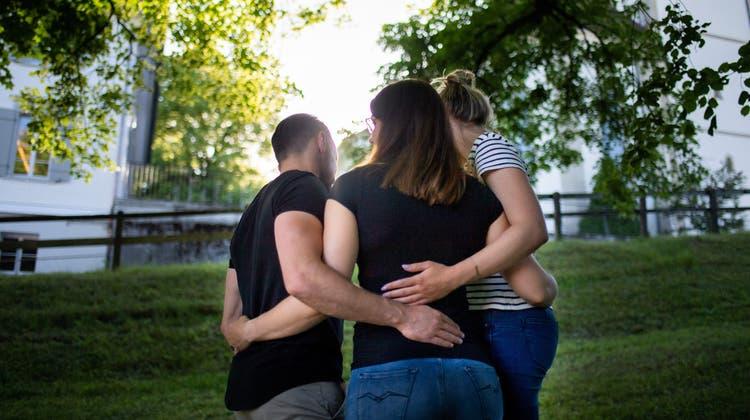 «Monogamie würde uns total einengen» – Mathias, Noëmi und Larissa lieben sich. (Bild: Benjamin Manser (Teufen, 15. Juni 2021))