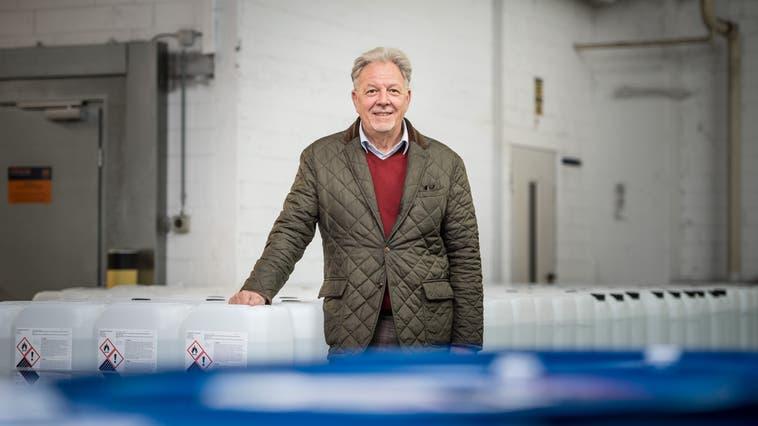 Thommen-Furler half während der Desinfektionsmittel-Knappheit aus. Im Bild Geschäftsführer Franz Christ. (Michel Lüthi)