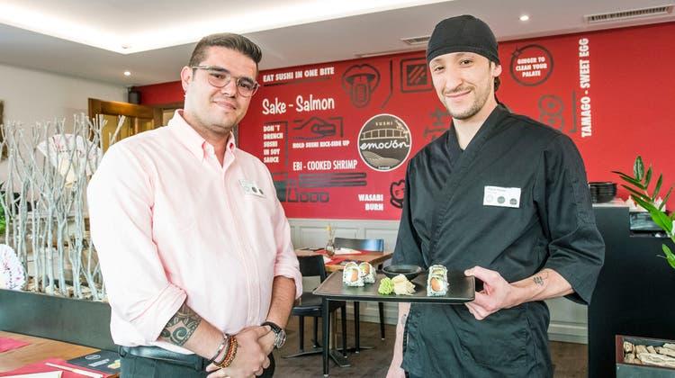 Luis Goncalves (links), hier mit seinem Sushi-Chef Miguel Acosta, hat nach dem Brüggli in Büsserach und in dem Molto Bene in Laufen schon das dritte Restaurant eröffnet. (Nicole Nars-Zimmer)