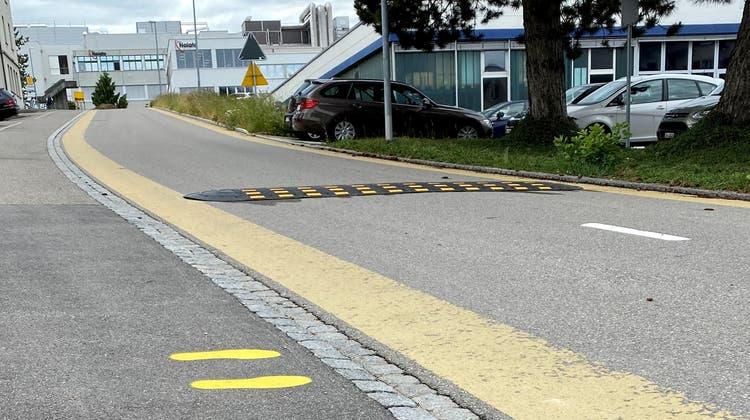 Füsschen-Markierungen zur Fussgängerführung und eine Kunststoffschwelle zur Temporeduktion sollen die Verkehrssicherheit an der Taastrasse temporär verbessern. (Bild: Andrea Häusler)