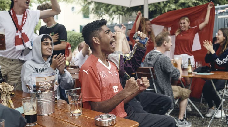 Aufgrund der Pandemie gibt es keine grossen Public Viewings. Gleichwohl fiebern die Fans in den Beizen mit, die die EM-Spiele auf ihren Fernsehern zeigen– wie hier in Aarau. (Bild: Roland Schmid)