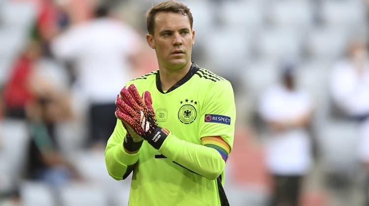 Manuel Neuer mit einer Kapitändsbinde in Regenbogenfarben. (Philipp Guelland / AP)