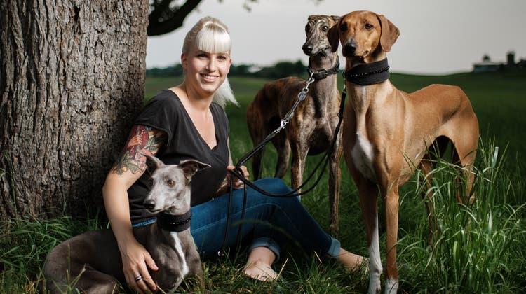 Die Gossauerin Sarina Keller hat drei Windhunde, die sie jeden Tag zur Arbeit begleiten. (Bild: Benjamin Manser (18. Juni 2021))