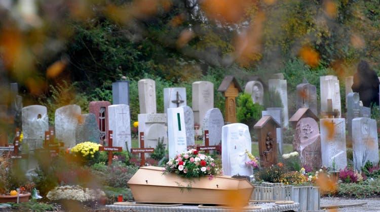 Wegen der Coronapandemie starben im letzten Jahr deutlich mehr Menschen in der Schweiz. (Symbolbild) (Keystone)