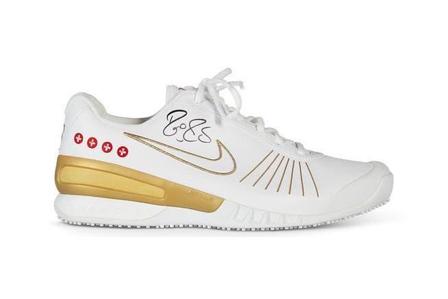 Versteigerung bei Christie's: Roger Federers Schuhe mit dem Schweizerkreuz.
