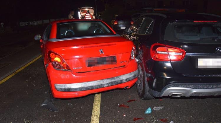 Zwei pakierte Autos wurden beschädigt. (Kapo So)
