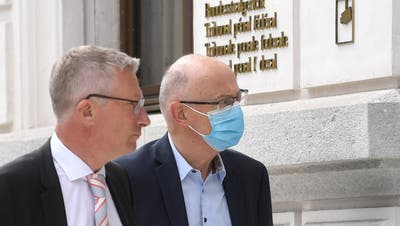 Der ehemalige Manager und Firmensanierer Hans Ziegler (r.) trifft mit seinem Anwalt zum Prozess am Bundesstrafgericht in Bellinzona ein. (Keystone)
