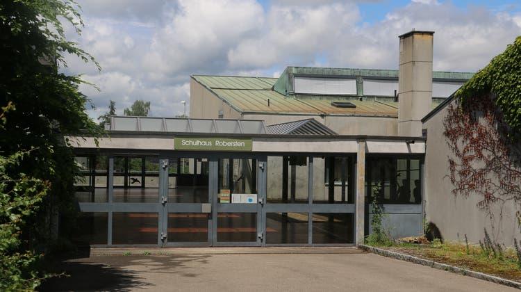 Das Dach des SchulhausesRoberstenbereitet Probleme. Zuweilen tropft es in die Turnhalle. (Dennis Kalt)