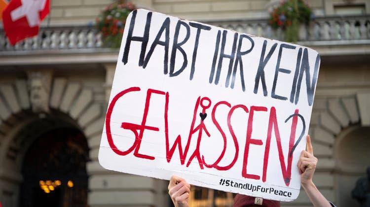 Waffenexporte sollen verschärft werden. Die Frage, wie rigide, ist im Parlament in Bern allerdings noch umstritten. (Archivbild) (Keystone)