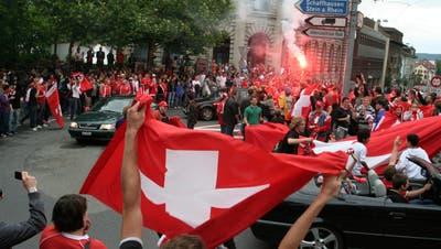 Fans feiern am FrauenfelderPostkreiselden WM-Sieg 2010 über die Fussballgrossmacht Spanien. (Bild: Barbara Hettich (Frauenfeld, 16. Oktober 2010))