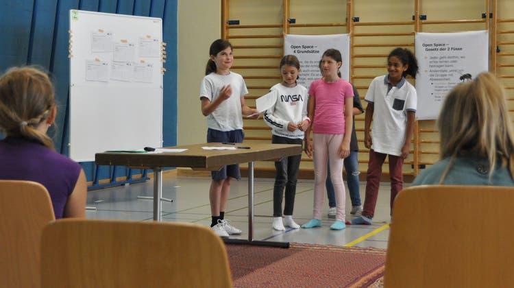 Die Schülerinnen und Schüler waren aufgefordert, ihre Ideenzu notieren und den anderen kurz vorzustellen. (Bild: Sabine Camedda)