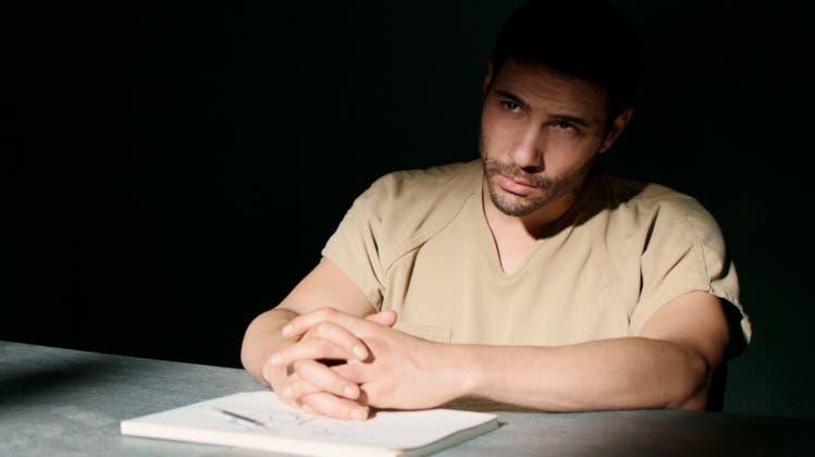 Soll seinen Anwältinnen schildern, was ihm widerfuhr: Tahir Rahim als Mohamedou Ould Slahi in «The Mauritanian». (Bild: Impuls Pictures)